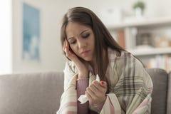 Mujer enferma con gripe Imágenes de archivo libres de regalías