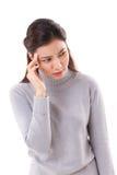 Mujer enferma con jaqueca unilateral del dolor de cabeza fotografía de archivo