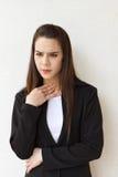 Mujer enferma con problema de la garganta Foto de archivo