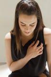 Mujer enferma con problema del corazón o dolor de pecho fotografía de archivo libre de regalías