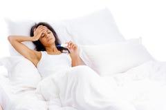 Mujer enferma de la cama Fotos de archivo