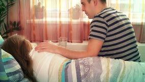 Mujer enferma de la novia de la visita del hombre del novio esposa e ir del beso del marido almacen de metraje de vídeo