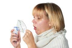 Mujer enferma de la tos que sostiene el inhalador aislado Imagenes de archivo