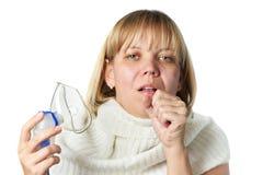 Mujer enferma de la tos que sostiene el inhalador aislado Imagen de archivo libre de regalías