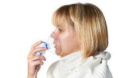 Mujer enferma de la tos que usa la máscara del inhalador aislada Foto de archivo