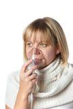 Mujer enferma de la tos que usa la máscara del inhalador aislada Imagen de archivo