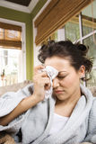 Mujer enferma en albornoz fotos de archivo