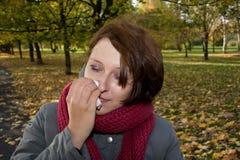 Mujer enferma en parque Imagen de archivo