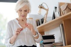 Mujer enferma infeliz que toma píldoras Imagenes de archivo