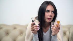 Mujer enferma joven que va a tomar las drogas almacen de metraje de vídeo