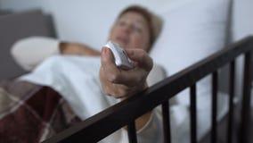 Mujer enferma que comienza a obstruir y que presiona repentinamente el botón de la llamada de la enfermera, servicio metrajes