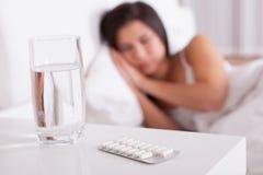 Mujer enferma que descansa en cama Imágenes de archivo libres de regalías