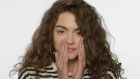 Mujer enferma que estornuda en estudio Ciérrese para arriba de nariz que sopla de la muchacha enferma en blanco almacen de metraje de vídeo