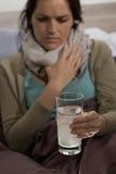 Mujer enferma que prepara la medicina para el resfriado para beber Fotografía de archivo libre de regalías