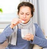 Mujer enferma que toma medicinas Fotografía de archivo libre de regalías