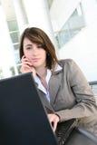 Mujer enfocada en el ordenador portátil fotografía de archivo