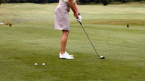 Mujer enfocada que juega a golf almacen de metraje de vídeo