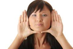 Mujer, enmarcando su cara con sus manos Fotos de archivo libres de regalías