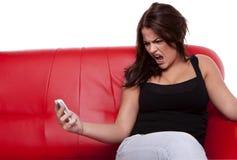 Mujer enojada con el móvil. Imagen de archivo