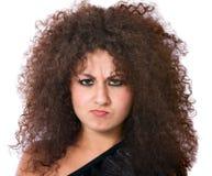 Mujer enojada con el pelo rizado loco imagen de archivo