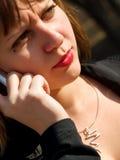 Mujer enojada con el teléfono móvil Foto de archivo libre de regalías