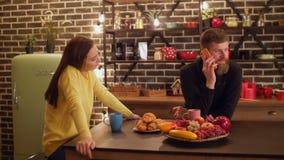 Mujer enojada descontentada por el hombre que habla en el teléfono almacen de video