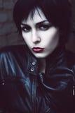 Mujer enojada en chaqueta negra Fotos de archivo