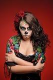 Mujer enojada en el maquillaje para Dia De Los Muertos Imagen de archivo