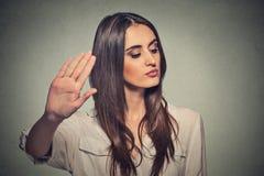 Mujer enojada enfadada con la mala actitud que da charla al gesto de mano Fotos de archivo