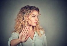 Mujer enojada enfadada con la mala actitud que da charla al gesto de mano Imagen de archivo libre de regalías