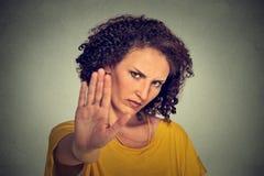 Mujer enojada enfadada joven con la mala actitud que da charla al gesto de mano Imagen de archivo libre de regalías