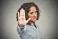 Mujer enojada enfadada que da charla al gesto de mano Imágenes de archivo libres de regalías