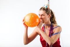 Mujer enojada que celebra cumpleaños con el globo Fotos de archivo libres de regalías