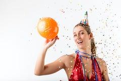 Mujer enojada que celebra cumpleaños con el globo Imágenes de archivo libres de regalías