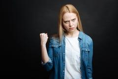 Mujer enojada que expresa furia y la advertencia en el estudio Imagen de archivo