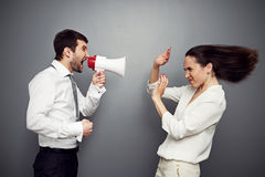 Mujer enojada que grita en el hombre Imagen de archivo libre de regalías
