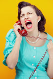Mujer enojada que grita en el teléfono Fotografía de archivo libre de regalías