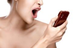 Mujer enojada que grita en el teléfono Imágenes de archivo libres de regalías
