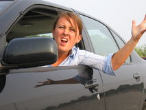 Mujer enojada que grita hacia fuera la ventana de coche Fotografía de archivo