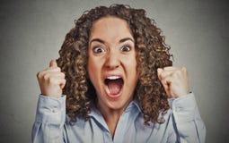 Mujer enojada que tiene ataque de nervios que grita fotografía de archivo