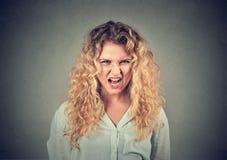 Mujer enojada que tiene ataque de nervios que grita imagenes de archivo