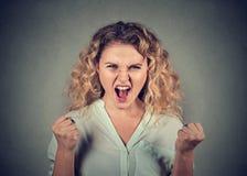 Mujer enojada que tiene ataque de nervios que grita Fotos de archivo libres de regalías