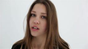 Mujer enojada y frustrada Aislado en blanco metrajes