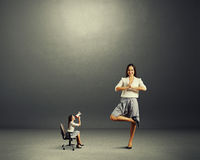 Mujer enojada y mujer tranquila Foto de archivo libre de regalías