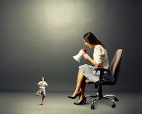 Mujer enojada y pequeña mujer tranquila Foto de archivo