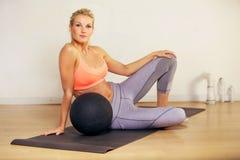Mujer entonada con la bola del ejercicio Fotografía de archivo