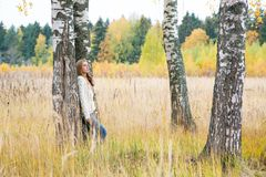 Mujer entre abedules en el otoño Imagenes de archivo