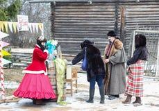 Mujer entre gente de los actores Imágenes de archivo libres de regalías