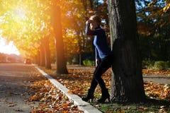 Mujer entre las hojas de otoño Imagen de archivo