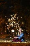 Mujer entre las hojas de otoño Imágenes de archivo libres de regalías